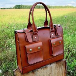 Dzień Dobry! ✂️💼 Kolejny projekt, z pięknej włoskiej skóry🇮🇹😍 Oczywiście farbowanej w mojej pracowni na kolor Golden Brown 😊  Dobrze to wyglada, prawda?🤭 przypominam, że ta torba oraz inne produkty szyte są  ręcznie, bez użycia maszyn🙂🙂🙂 🌐http://bartlomiej-poplawski.pl 🛍https://shop-bartlomiej-poplawski.pl . . . #bartlomiejpoplawski - Leatherworks #torebkidamskie #torebkaskórzana #torebkadamska #stylistka #saddlebag #clearbag #kobietabiznesu #custombags #torebkanaramię #vegtanleather #leathercraft #baglove #vintagestyle #vintageleatherbags #takaniedziela #bespokeleather #bespokemakers  #messengerbag #leatherhandmadebags #leatherbaghandmade #kobietapotrzydziestce #kobietapoczterdziestce #kobietaniezalezna #kobietazklasa #listonoszka #classicwoman #kobietazpasją #akcesoria #citybag